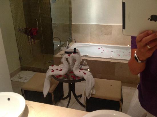 دريمز بالم بيتش بونتا كانا - لاكشري شامل جميع الخدمات: Our bathroom on my wifes birthday 