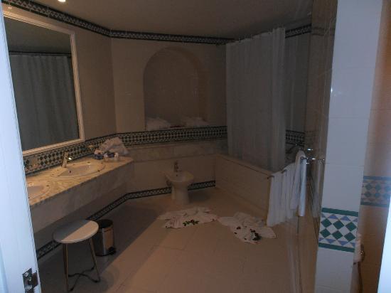 حمامات المرادي: огромная ванная 