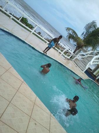 D' Coconut Cove Holiday Beach Resort: pool fun