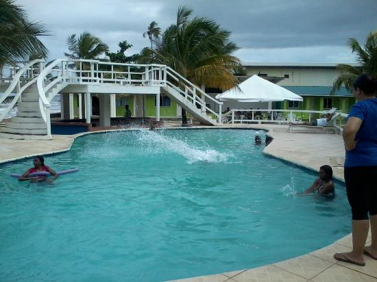 D' Coconut Cove Holiday Beach Resort: fun by the pool