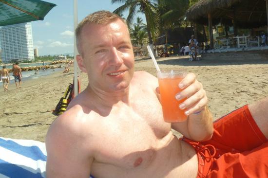 Crown Paradise Golden Resort Puerto Vallarta: Refrescandose todo el dia con sus bebidas favoritas.