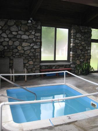 Mollyockett Motel: Hot tub
