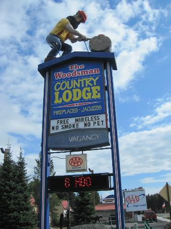 Woodsman Country Lodge: Can't miss Sign!