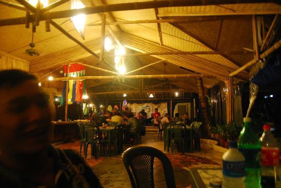 Camayan Beach Resort and Hotel: Dining at night
