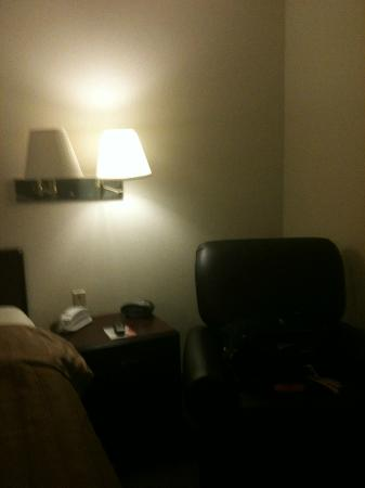 Candlewood Suites Detroit/Warren: Only one light worked