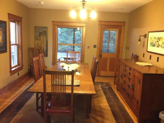 Chestnut House Bed & Breakfast: Dining area and business area