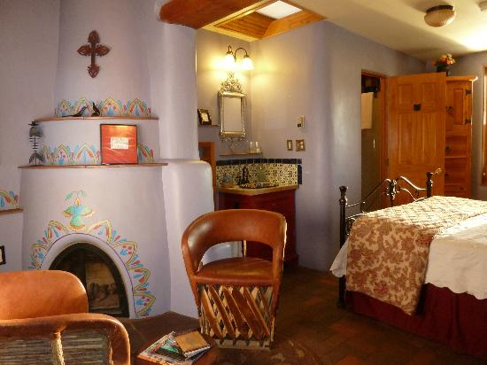 El Paradero Bed and Breakfast Inn: Room 3 with a kiva fireplace