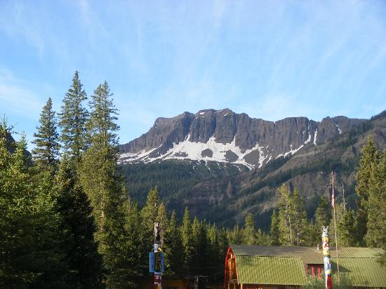 Pine Edge Cabins: A view of Amphitheatre Mountain from near our cabin.