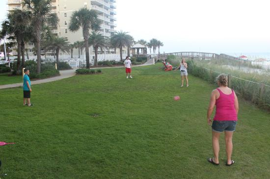 Seaside Beach & Racquet Club: Grassy area outside room