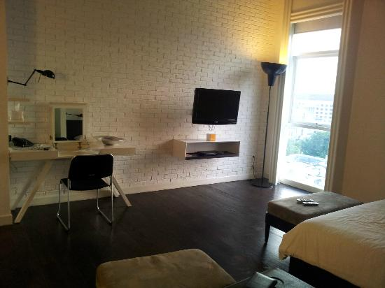 Morrissey Hotel Residences: TV/writing desk/window
