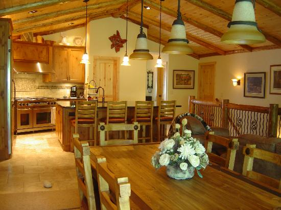Drumming Woods B&B: Dinning room&kitchen