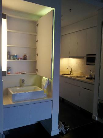 Morrissey Hotel Residences: sink/kitchen