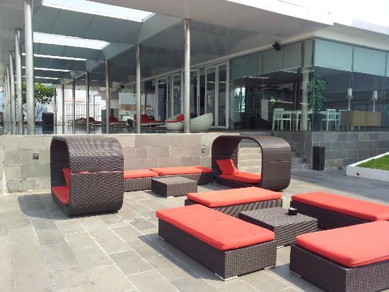 Morrissey Hotel Residences: pool / resident lounge