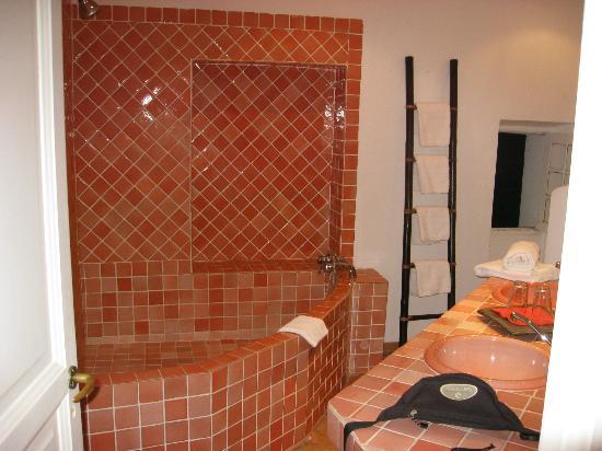 La Grande Maison des Campaux : bagno della camera Osè Rose