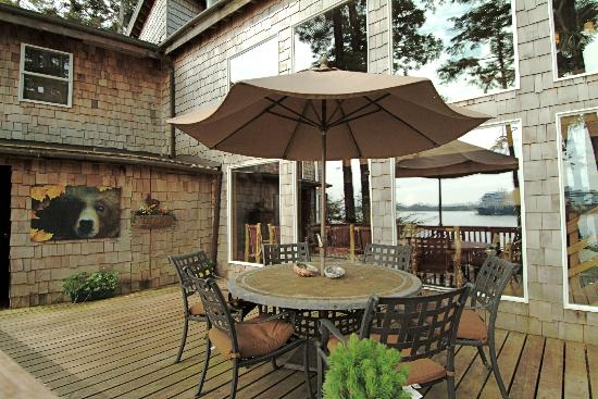 Dove Island Lodge: Front Deck
