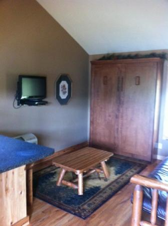 Santa's Lakeside Cottages: family room with comfy Murphy bed and futon