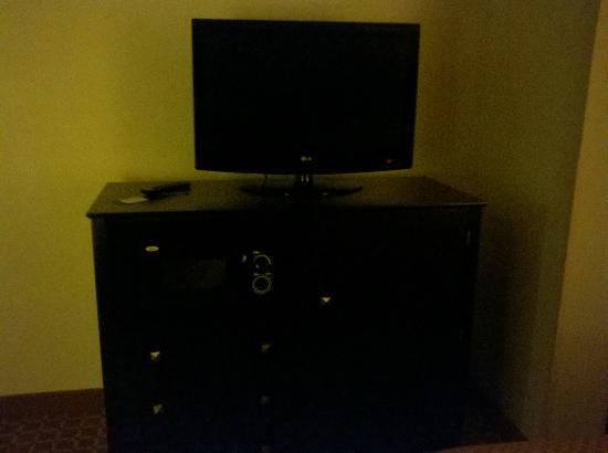 كومفرت سويتس: TV and micro/ fridge cabinet