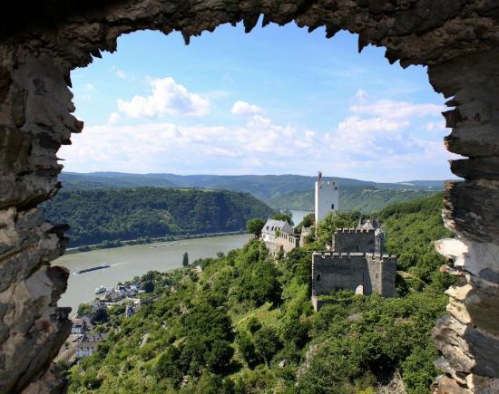 Hotel Burg Liebenstein: Ausblick von Burg Liebenstein aus Burg Sterrenberg und das Rheintal