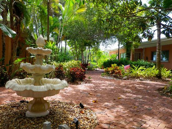 Siesta Key Bungalows: Garden path to lagoon