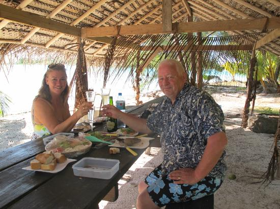 Vaitape, Polinesia Francesa: Champagne lunch prepared by Ta-i on a small atoll
