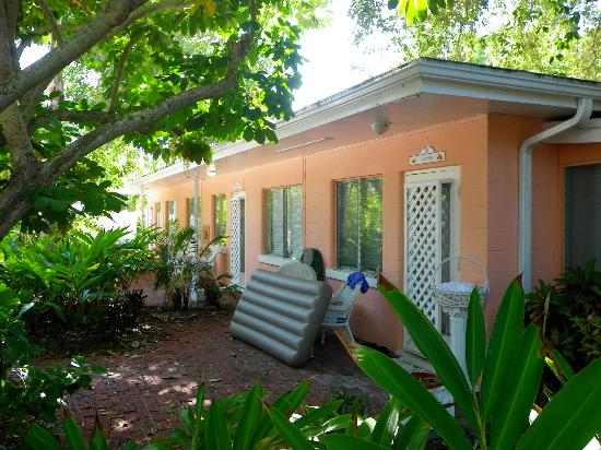 Siesta Key Bungalows: Coconut and front building