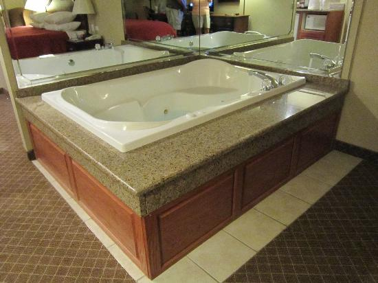 Country Inn & Suites By Carlson, Merrillville: Room #210 whirpool