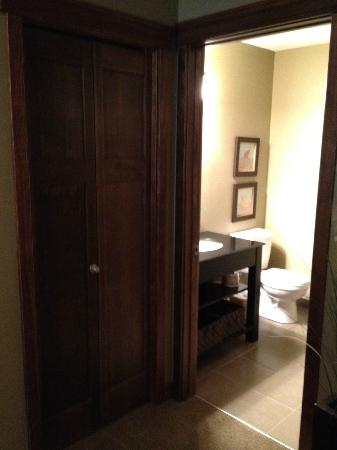 Bighorn Meadows Resort: Bathroom in room 1 - rm 714