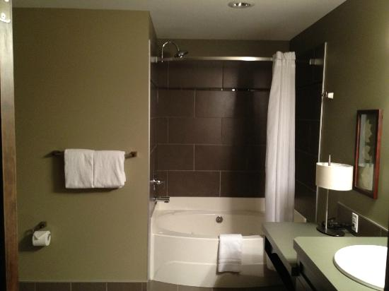 Bighorn Meadows Resort : Large washroom in 2nd bedroom