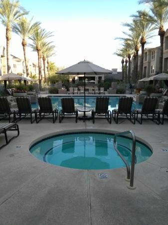 Gainey Suites Hotel: Hotel Courtyard and Jacuzzi