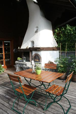 Silvi's Dream Catcher Inn Guesthouse: The outdoor fireplace on the patio