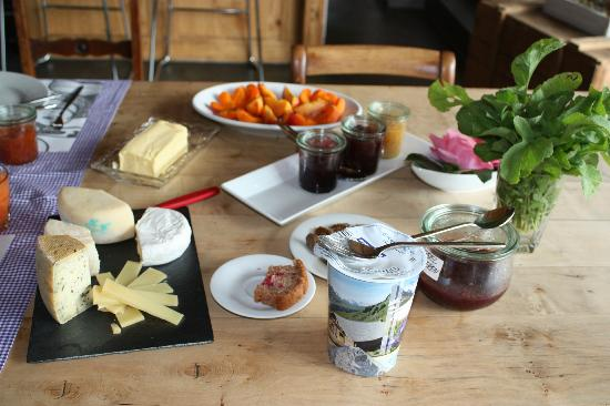 Silvi's Dream Catcher Inn Guesthouse: fresh fruit, local cheeses and yogurt, homemade jams for breakfast