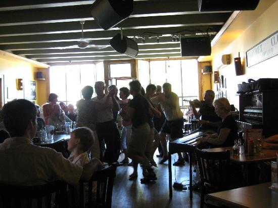Red Shoe Pub: dancing at the pub