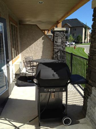 Bighorn Meadows Resort: BBQ area on balcony - rm 714