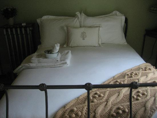 Vintage Gardens Bed & Breakfast: Our stunning room