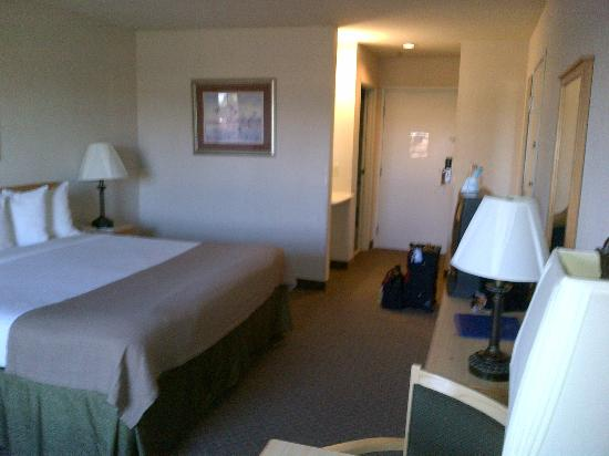BEST WESTERN Woodburn: Main Room from window side