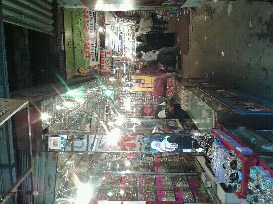 Laad Bazaar : shiny.. this is how it looks. taken in one of the holy Ramadan days.