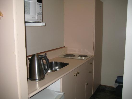 أدميرال كورت موتل آند أبارتمنتس: narrow Kitchen