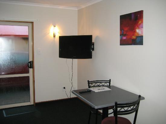 Admiral Court Motel & Apartments : Table & Chairs