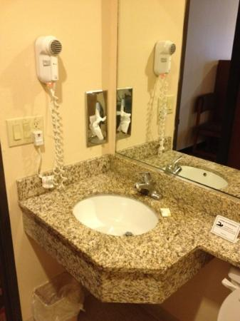 Microtel Inn & Suites by Wyndham Aransas Pass/Corpus Chris: clean bathroom
