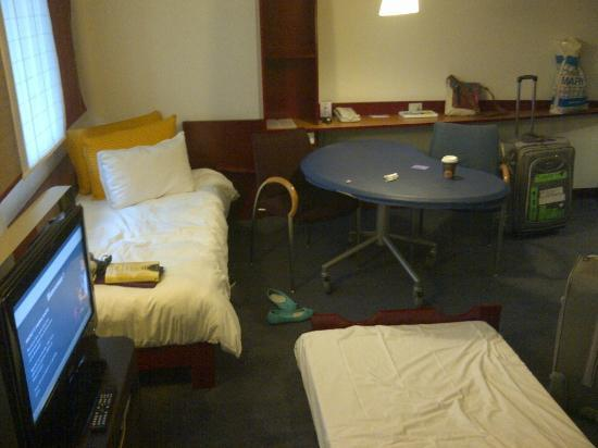 Novotel Suites Paris Nord 18eme: Single bed (left) and pull-out bed.
