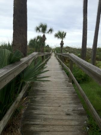 Beachfront Bed & Breakfast: walkway to beach from b&b