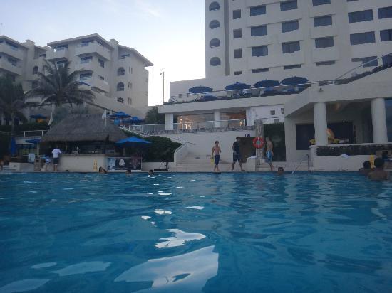 Barcelo Tucancun Beach: Vista desde la alberca