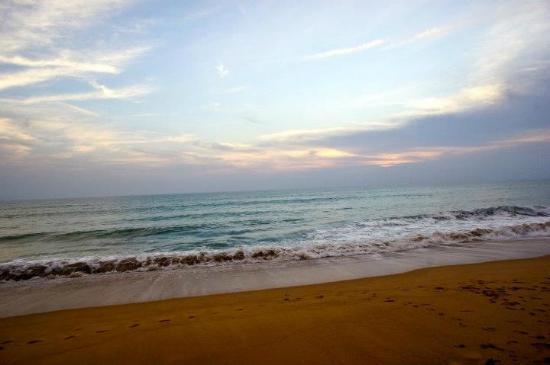SALA Phuket Resort & Spa: Beach at sunset