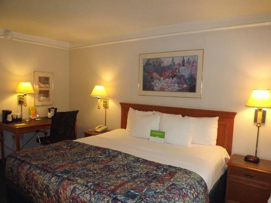 La Quinta Inn Savannah I-95: Comfortable, plush pillow top bed with nice sheets and lots of pillows Rm 162