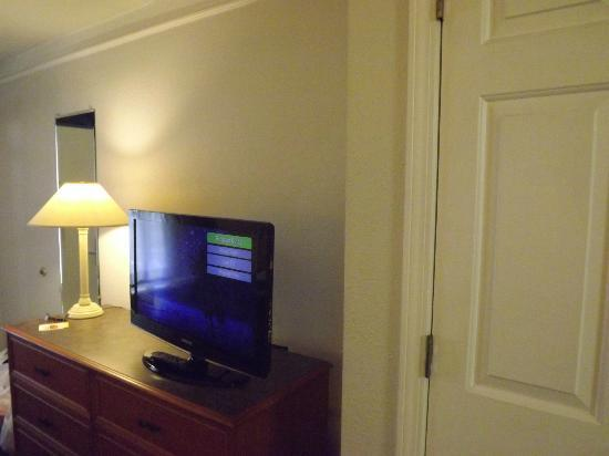 La Quinta Inn Savannah I-95: New 32 in flat panel TV Nice channel selection