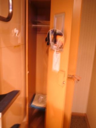 Capsule Inn Hirosaki: カプセル横のロッカー/幅が狭いのが難点