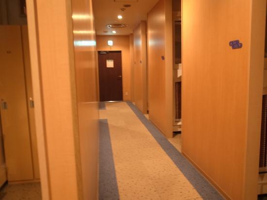 Capsule Inn Hirosaki: ホテル部分の廊下/凄く新しくてきれいです
