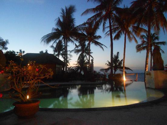 Siddhartha Ocean Front Resort & Spa: Abendstimmung - sehr zu empfehlen ein Cocktail am Pool