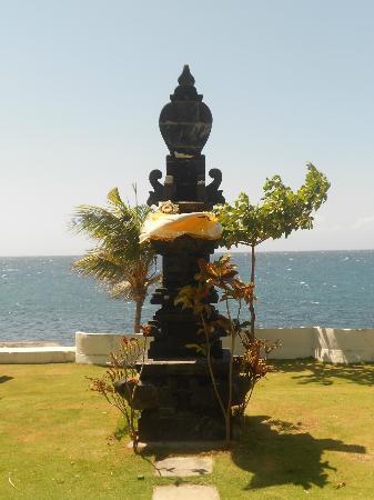 Siddhartha Ocean Front Resort & Spa: typisch für Bali: viele Opferstellen