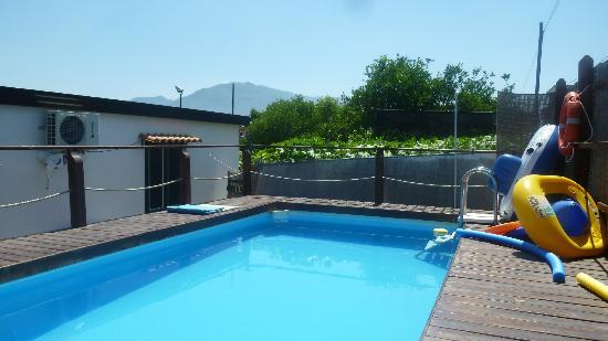 B&B Pompei Il Fauno: swimming pool and Vesuvius